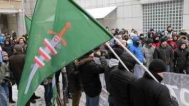Antyimigrancka demonstracja zorganizowana przez Młodzież Wszechpolską pod siedzibą firmy BiaVita