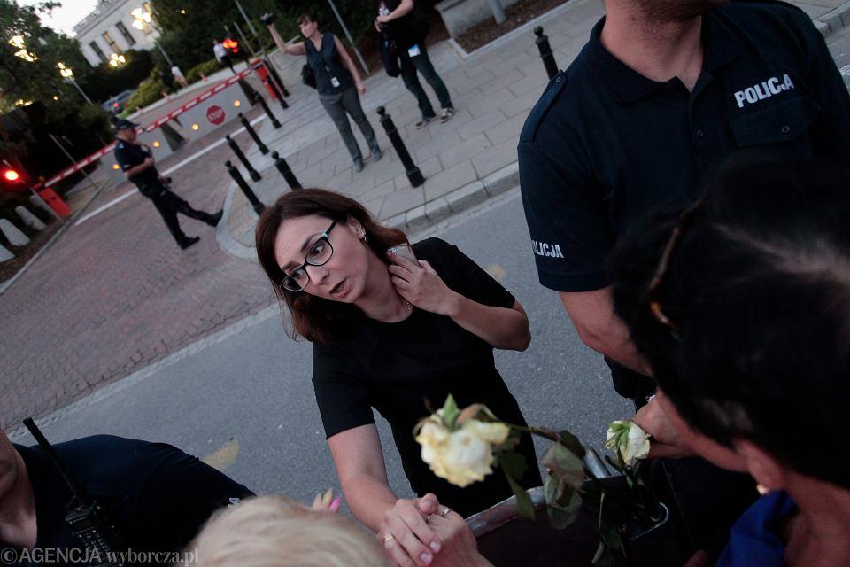 19 lipca 2017, Kamila Gasiuk-Pihowicz podczas protestu przed Sejmem.