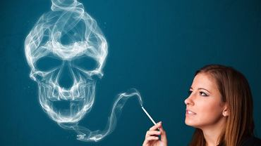 Autorzy kampanii społecznych często straszą palacza chorobami i śmiercią. Niestety niewiele osób z tego powodu rzuca nałóg