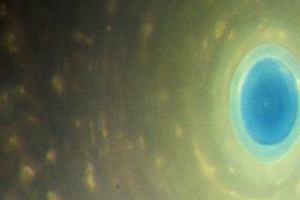 Sonda Cassini zajrzała w oko Saturna. Zagadkowy sześcioboczny cyklon nad biegunem planety
