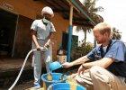 Zaka�eni ebol� Amerykanie dostali eksperymentalny lek. Ich stan si� poprawia