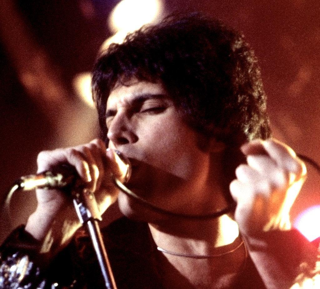 Freddie Mercury występujący w New Haven, CT, Listopad 1977 / Fot. Carl Lender / Wiki Commons, CC BY-SA 3.0