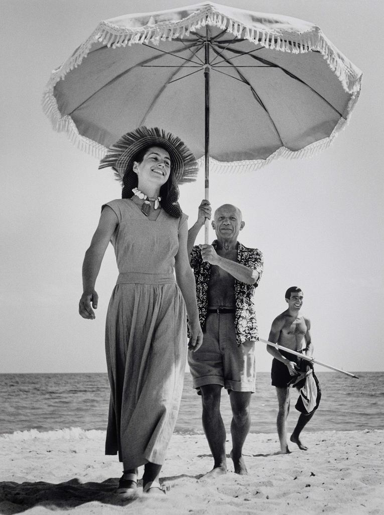 Robert Capa, [Pablo Picasso i Françoise Gilot. W tle siostrzeniec malarza Javier Vilato. Golfe-Juan, Francja], sierpień 1948 /  International Center of Photography/Magnum Photos