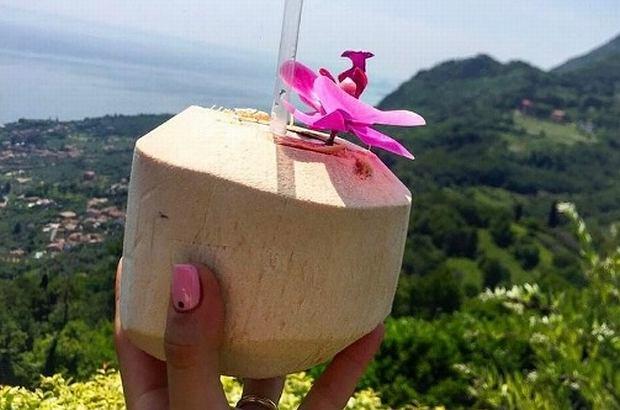 Woda kokosowa to świetny sposób na zaspokojenie pragnienia, ale też na zapewnienie organizmowi optymalnej dawki cennych składników. Jakie ma zalety i dlaczego warto po nią sięgać?