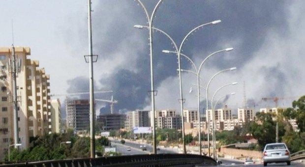 Amerykanie ewakuowali swoj� ambasad� w Libii. W akcji u�yto wojskowych my�liwc�w