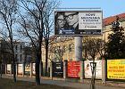 Prezydent nakaza�a szko�om: zdejmijcie reklamy z p�ot�w