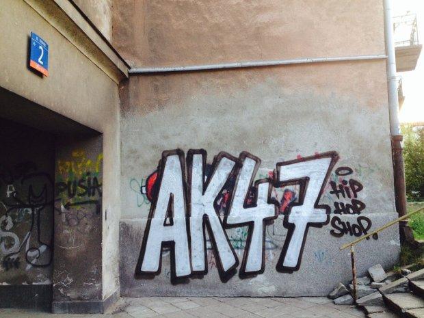 Skateshop AK47 nie przyznaje się do zdewastowania kamienic na Muranowie