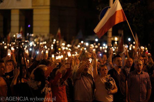 Zdjęcie numer 96 w galerii - Tłumy przed Sądem Okręgowym w Łodzi. Kolejny dzień protestów przeciwko zmianom PiS w sądownictwie [ZDJĘCIA]