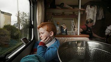 Dennis Sheridan ogląda film na swoim iPhonie. W przyczepie, na wynajętej działce niedaleko Dale Farm, gdzie rodzina mieszkała przed wysiedleniem. Kwiecień 2016