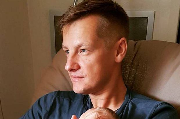 Marcin Mroczek na zdjęciu z nowo narodzonym synkiem.