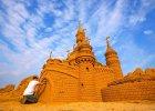 Zamek Disneya, rzeźby postaci ze Star Wars, superbohaterów i filmów Pixara. Zrobione z 6 tys. ton piasku