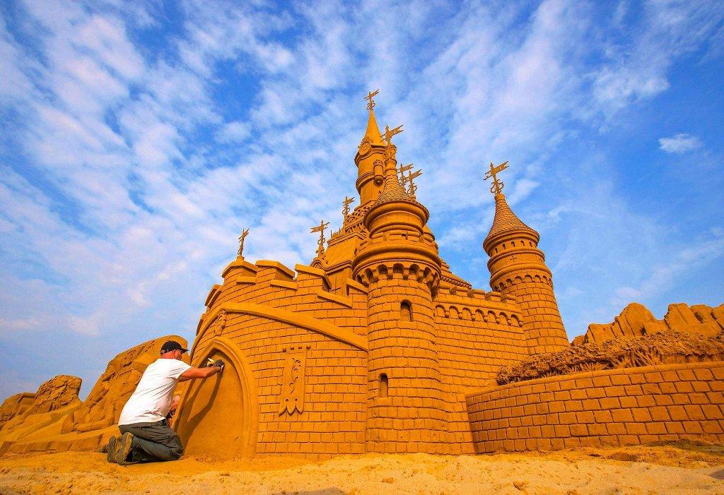 Zamki z piasku na belgijskiej plaży