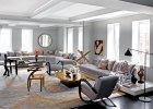Podniebny salon o dwóch przeszklonych ścianach. Dywan utkano na zamówienie w firmie ABC Carpet & Home. Loftowe lampy przełamują miękką pastelową konwencję.