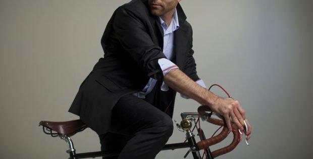 W garniturze na rowerze