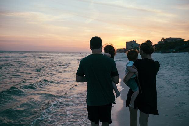 Rodzina nad morzem (fot. Pexels.com CC0)