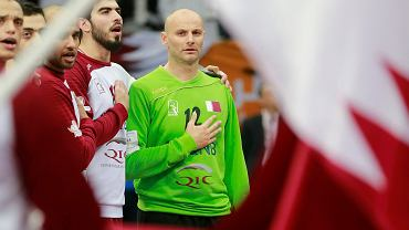Reprezentujący Katar bramkarz Danijel Sarić podczas odgrywania katarskiego hymnu przed jednym z meczów na mistrzostwach świata w piłce ręcznej