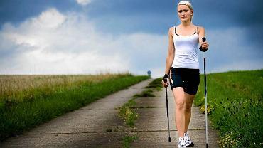 Nordic walking angażuje więcej mięśni niż bieg