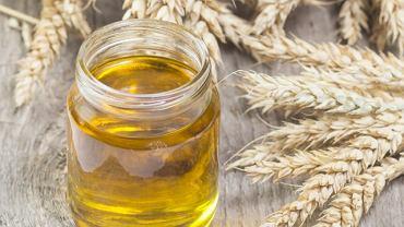 Olej z kiełków pszenicy nadaje się zarówno do jedzenia, jak i pielęgnacji ciała - w tym skóry, włosów i paznokci.