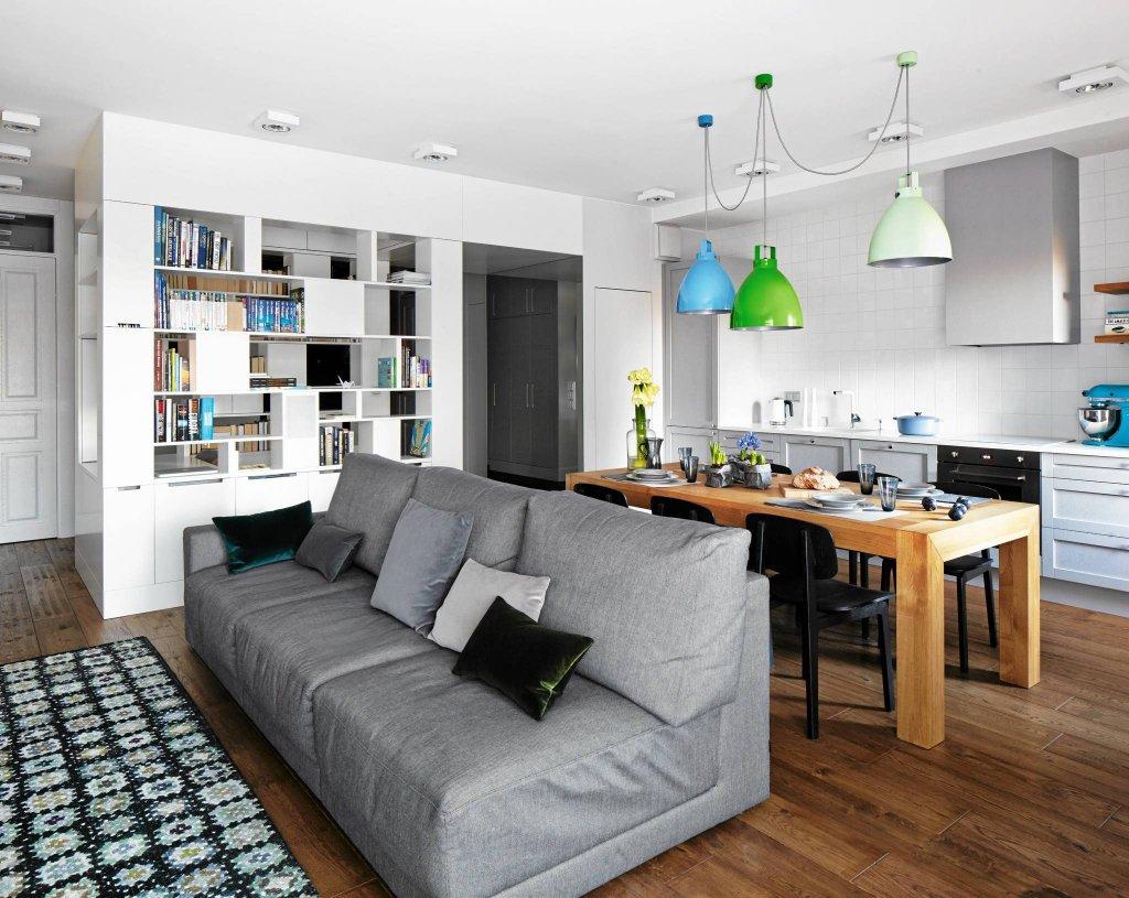 W otwartej przestrzeni dziennej podział na strefy funkcjonalne jest czysto umowny. Salon zaczyna się tam, gdzie stoi kanapa. Na podłodze wełniany dywan.