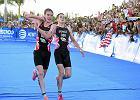 Alistair Brownlee pomaga swojemu bratu Jonny'emu ukończyć zawody Triathlon World Series w Cozumel w Meksyku
