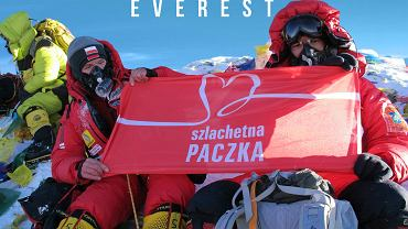 Piotr Cieszewski na szczycie Mount Everest z flagą Szlachetnej Paczki, 2013 rok