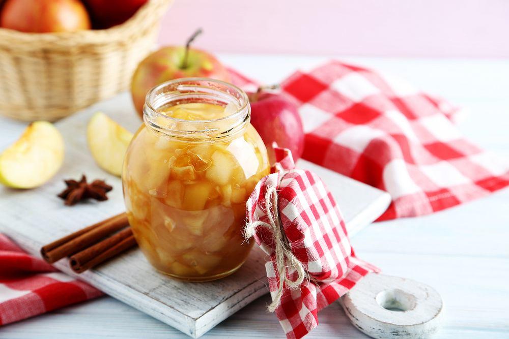 Jabłka na szarlotkę najlepiej przyrządzać jesienią, bo właśnie wtedy owoce są najlepsze i najtańsze