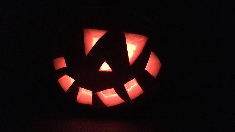 Dynia na Halloween: nasza ozdoba jest trochę upiorna, a trochę... zabawna. Jak ją zrobiliśmy?