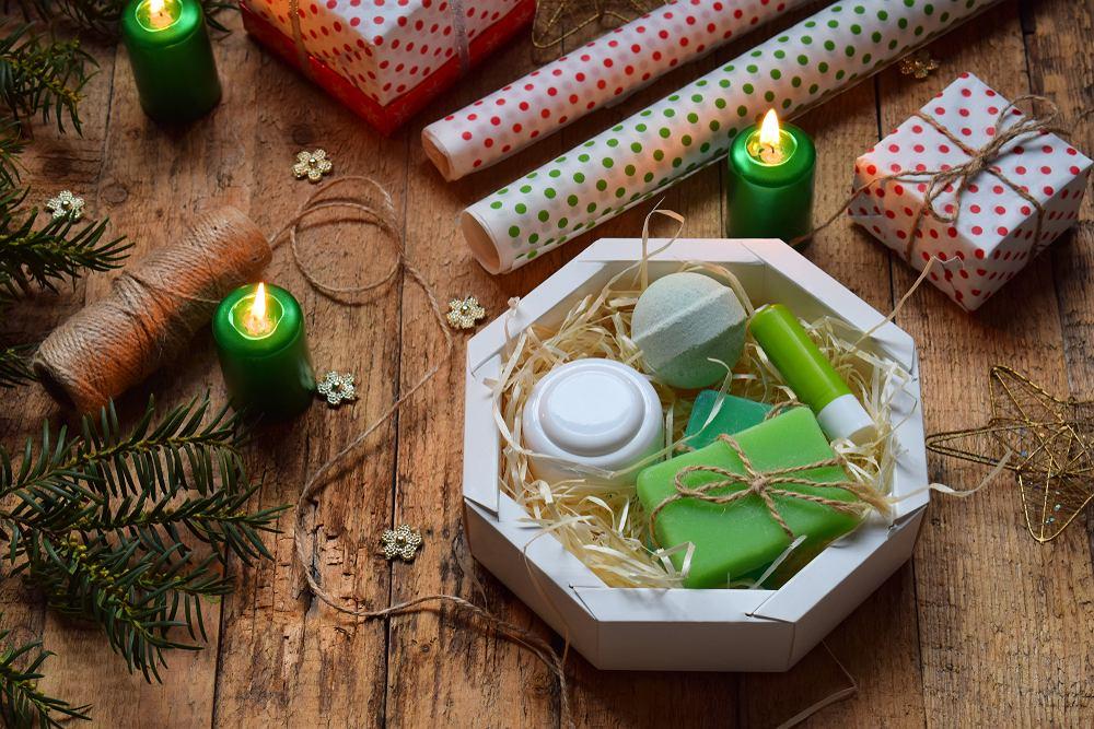 Mama powinna się ucieszyć również z zestawu kosmetyków. Wybierz takie, z których chętnie będzie korzystać, na przykład krem pod oczy, serum do twarzy albo pachnący zestaw do kąpieli