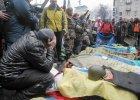 Demonstranci przy ciałach ofiar starć w Kijowie