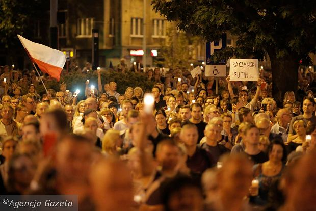 Zdjęcie numer 95 w galerii - Tłumy przed Sądem Okręgowym w Łodzi. Kolejny dzień protestów przeciwko zmianom PiS w sądownictwie [ZDJĘCIA]