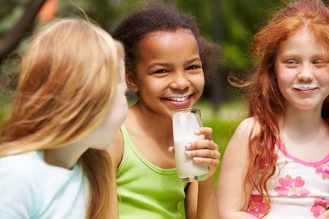 Wapń zawarty w nabiale wzmacnia kości u dzieci oraz wspomaga ich prawidłowy rozwój