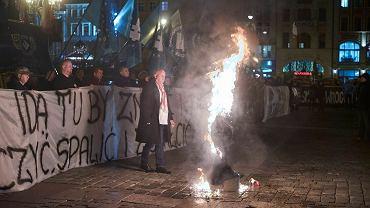 Pikieta i podpalenie kukły Żyda na wrocławskim Rynku pod samymi oknami kancelarii prezydenta miasta - to ostatnio symbol miejskiej ksenofobii