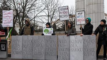 Happening przeciwko polityce ministra środowiska przed Sejmem pod hasłem 'Raz, dwa, trzy, Szyszko znikasz ty', 26 lutego, Warszawa