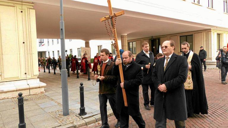 11 listopada Krucjata Różańcowa za Ojczyznę modliła się przed Sejmem i Senatem