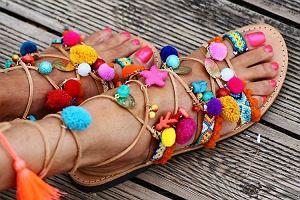 Szał na sandały z pomponami - skąd się wzięły i jak zdobyć je taniej...