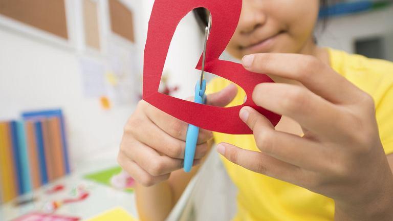 Poczta walentynkowa w szkole. Walentynkę można wcześniej przygotować, aby zachwyciła obdarowaną osobę.
