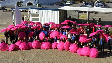 - Chcemy, żeby pracownik czuł, że my o niego dbamy - mówi Klaudia Krzemińska, specjalistka ds. rekrutacji LM Wind Power. Na zdjęciu akcja w ramach 'Różowego października', światowego miesiąca profilaktyki raka piersi, w firmie LM Wind Power