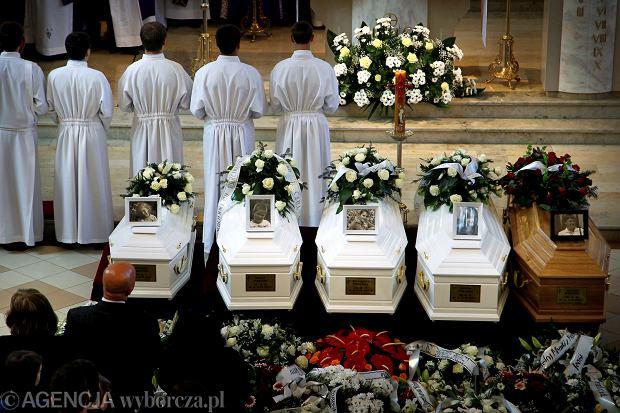 Pogrzeb rodziny P. 18 maja 2013 r. w Jastrz�biu-Zdroju. 4-letnia Agnieszka, 10-letni Marcin, 13-letnia Ma�gorzata, 18-letnia Justyna i 40-letnia Joanna zgin�li w po�arze w�asnego domu