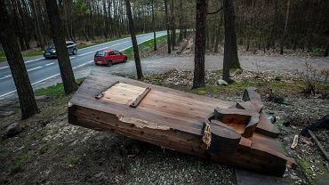 Zdewastowany drewniany pomnik Pamięci o Zagładzie Romów w Borzęcinie Dolnym
