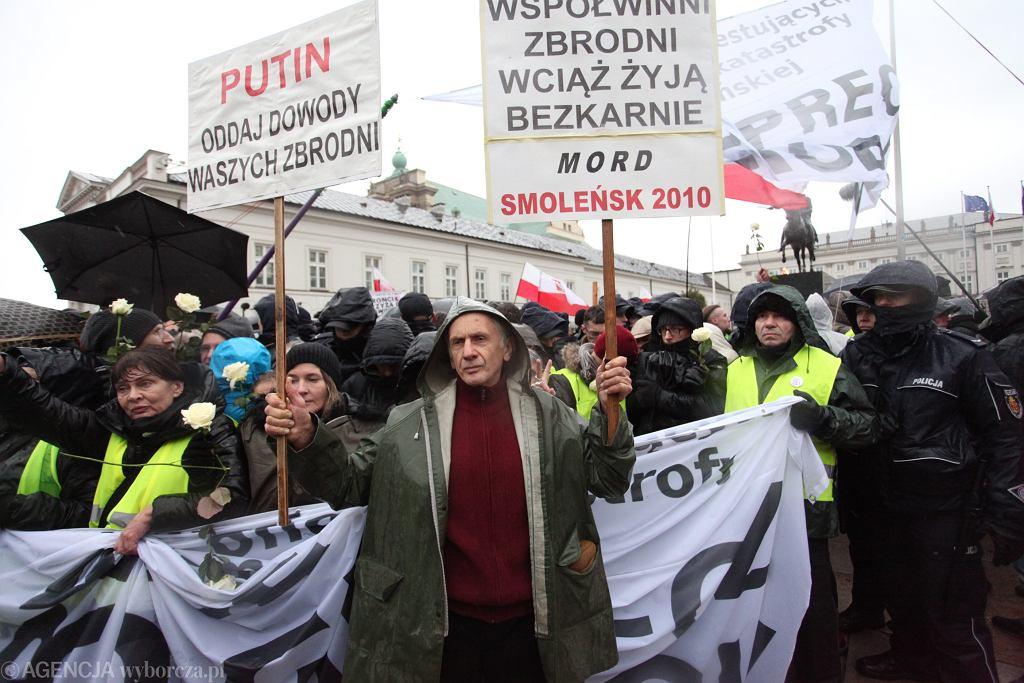 80. miesięcznica smoleńska. Obywatele RP kontrmanifestują pod Pałacem Prezydenckim