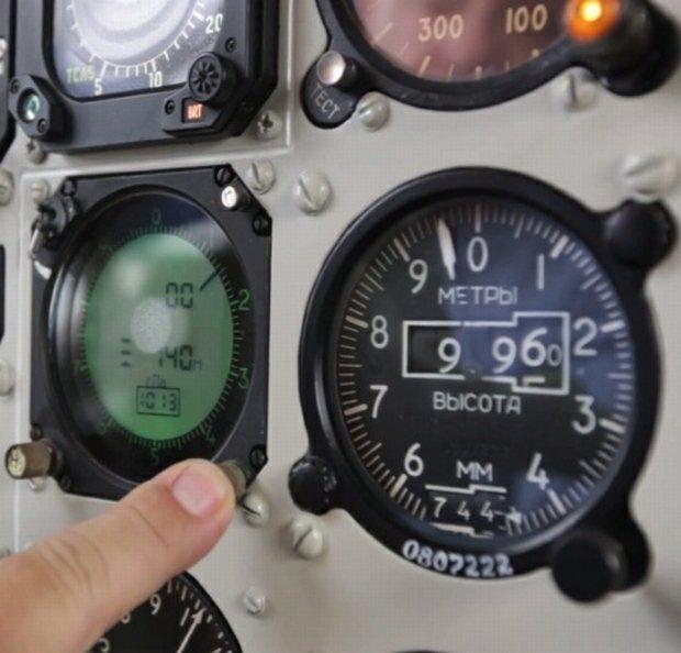 Wideoblog: Wiesław Jedynak wyjaśnia działanie wysokościomierzy i autopilota Tu-154M