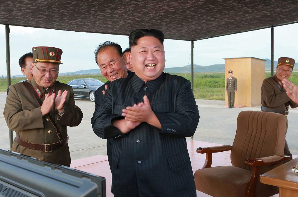 Dyktator Korei Północnej. Kim Dżong Un podczas testowego odpalenia rakiety Hwasong-12, 16 września 2017. Kim przejął władzę sześć lat temu i przeprowadził już dwa razy tyle prób balistycznych i atomowych co jego ojciec Kim Dżong Il. Fotografia przekazana przez północnokoreańskie źródła rządowe