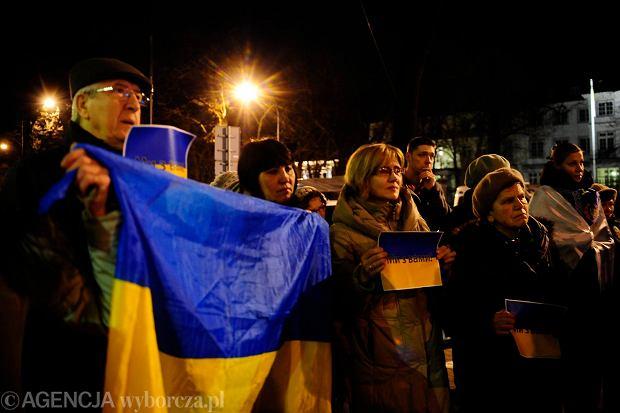 W Polsce nie brakuje gest�w solidarno�ci z narodem ukrai�skim. Na zdj�ciu protest przed ambasad� Ukrainy w Warszawie. Zdj�cie z 18 lutego