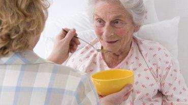Czym się kierować przy wyborze opiekuna osoby starszej? Sprawdź