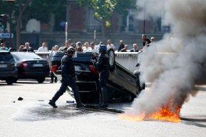 Francja: Taks�wkarze blokuj� ulice i �cieraj� si� z policj�. Protestuj� przeciwko aplikacji Uber