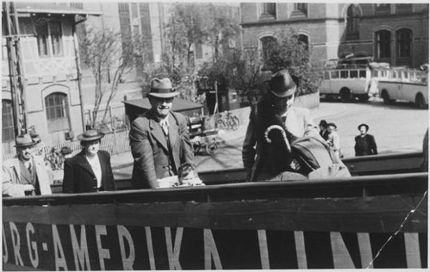 Żydowscy pasażerowie na trapie 'St. Louis'. Na nabrzeżu byli lżeni i poszturchiwani przez Niemców, ale na pokładzie statku kapitan Gustav Schröder zadbał o to, by byli traktowani przyzwoicie.