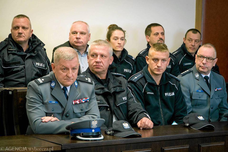 Rozprawa policjantki oskarżonej o składanie fałszywych zeznań. Koleżankę z pracy wspierali na sali sądowej policjanci w mundurach