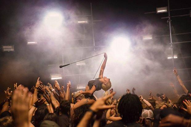 """Pustynia, impreza i tłum roztańczonych ludzi - tak Lady Gaga wraca na scenę muzyczną. """"Perfect Illusion"""" to pierwszy singiel z najnowszej płyty wokalistki. Zobaczcie teledysk."""