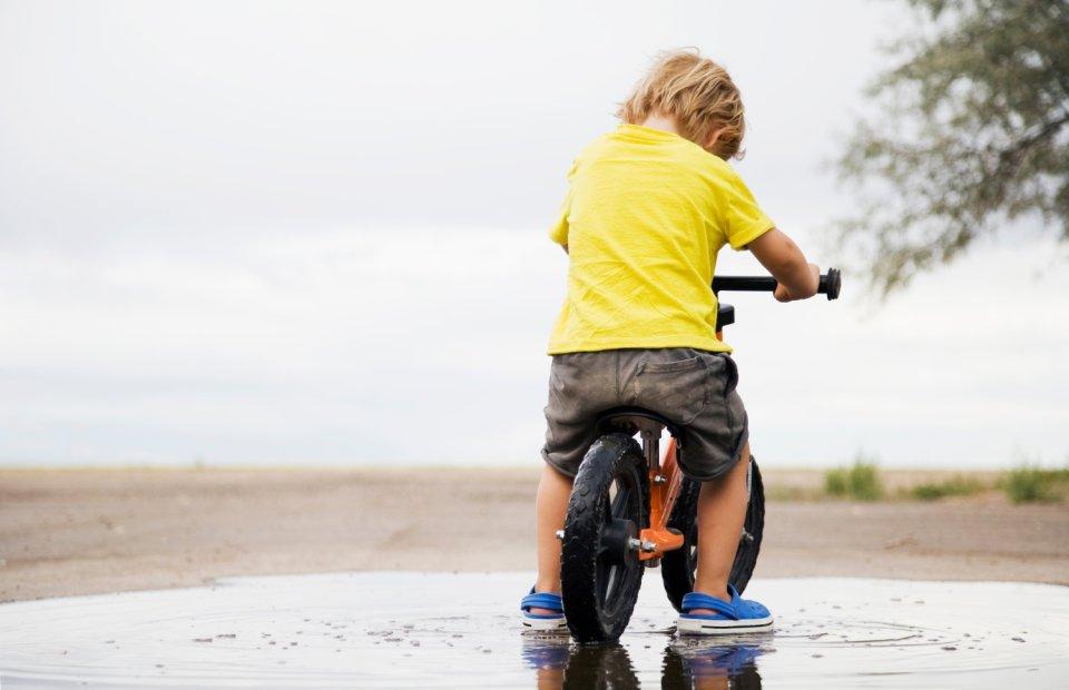 Dla rozwoju dziecka jest lepszy ni� jazda na czterech k�kach. Czego uczy rowerek biegowy