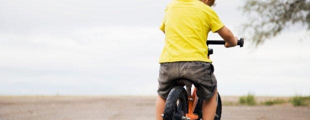 Dla rozwoju dziecka jest lepszy niż jazda na czterech kółkach. Czego uczy rowerek biegowy